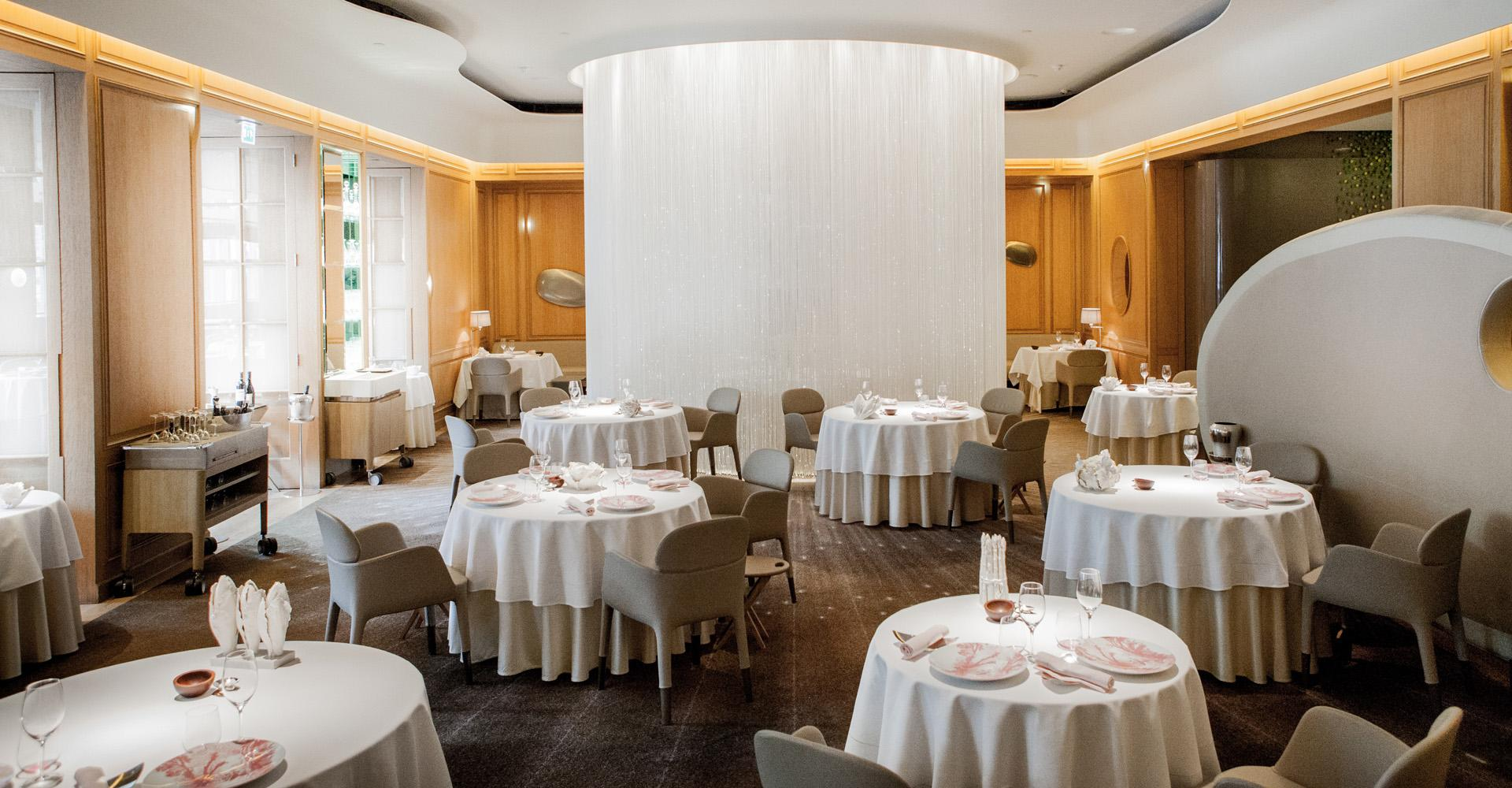 Serveur H F Alain Ducasse At The Dorchester Londres